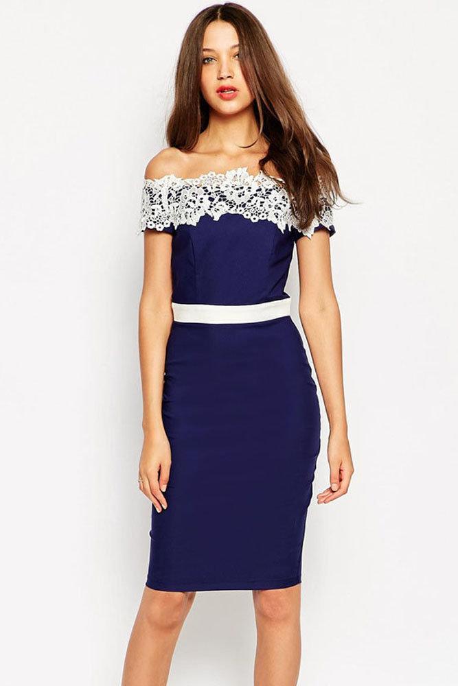 Платье с поясом декольте
