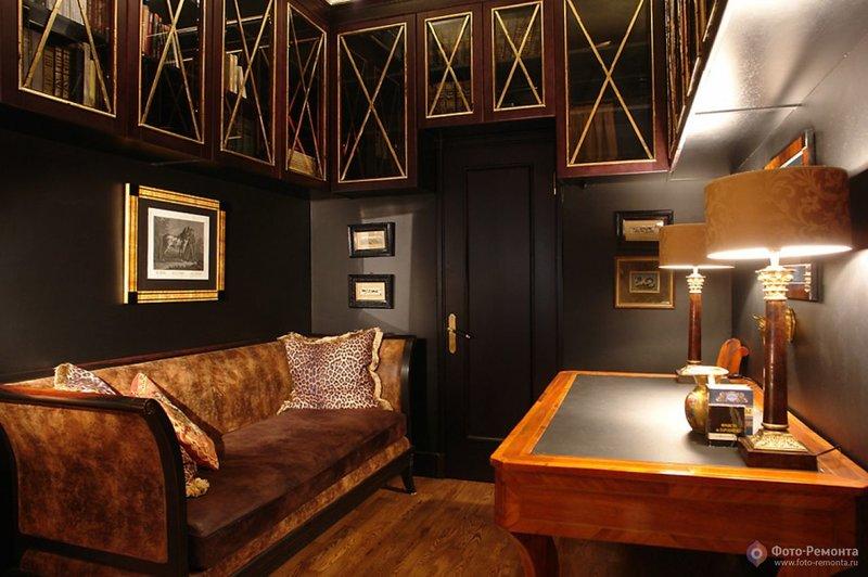 Лакированный блестящий стол, стеклянные навесные шкафчики по периметру.