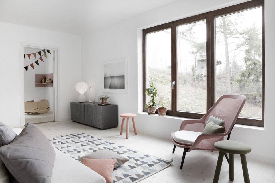 Предполагается, что в комнате остаются только самые необходимые предметы мебели – диван, стол, пару кресел. Если остаются пустые места – эффект достигнут, чем больше их – тем лучше. В скандинавском стиле главное не предметы и их количество, а «воздушность» всего интерьера.