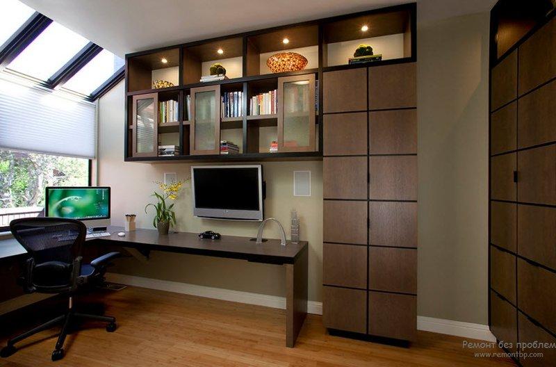 Хорошо освещенный домашний офис.