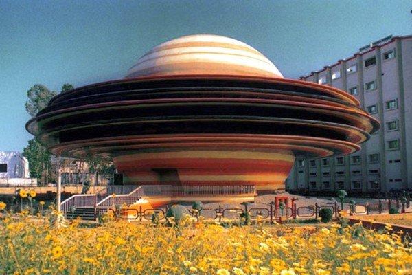 В индийском городе Лакхнау, столице штата Уттар-Прадеш, в 1993 году был открыт планетарий имени Индиры Ганди – одно из самых необычных сооружений во всей Индии. Это пятиэтажное здание диаметром в 21 метр имеет внешний вид, схожий с очертаниями «окольцованной» планеты Сатурн.