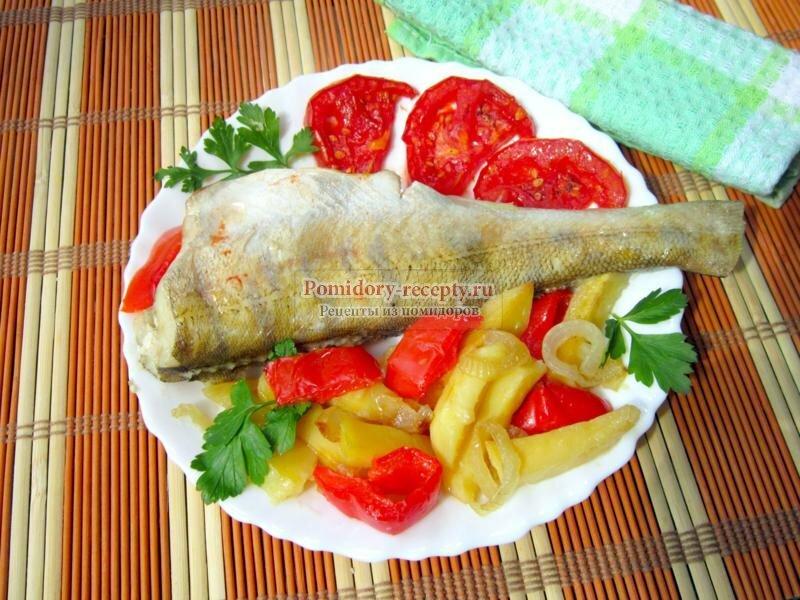 Судак, запеченный с помидорами и картофелем
