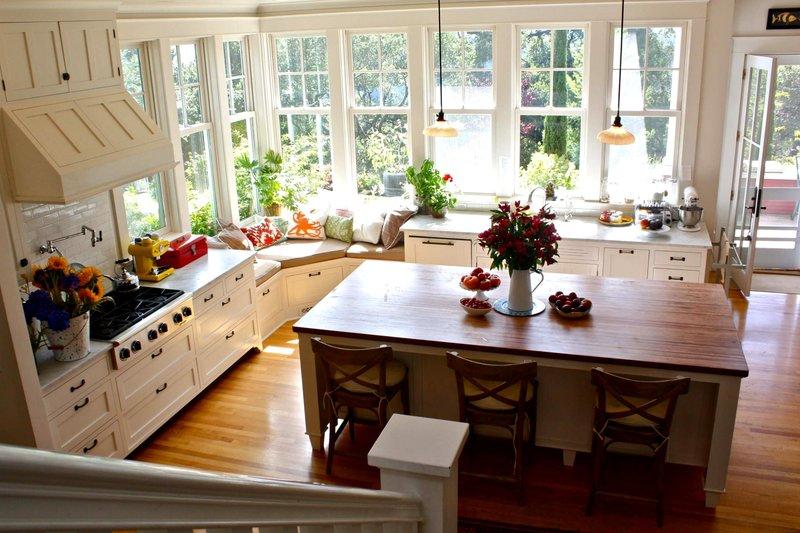 Интерьер кухни с большими окнами.