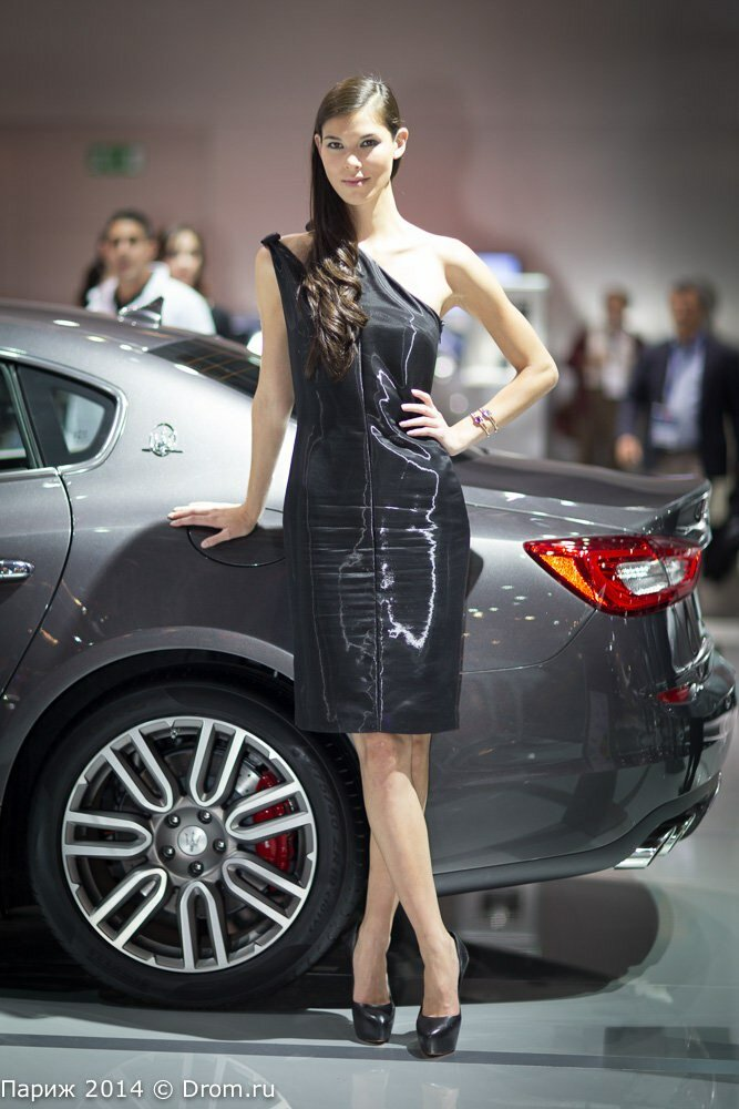 Девушки Парижского автосалона на стенде Maserati