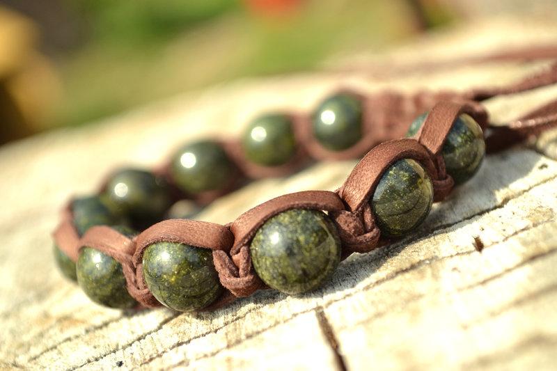 Браслет Шамбала из кожи с камнем змеевик в каталоге Аксессуары на Uniqhand - эксклюзивный подарок, подарок женщине, авторское украшение, натуральная замша