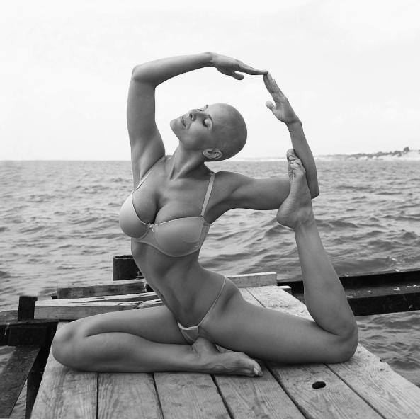 Из-за откровенных поз йоги многодетная мать стала популярна в Instagram
