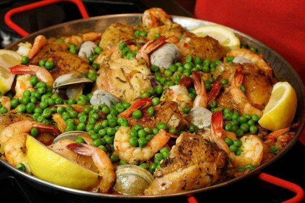 Паэлья с курицей, морепродуктами и зеленым горошком