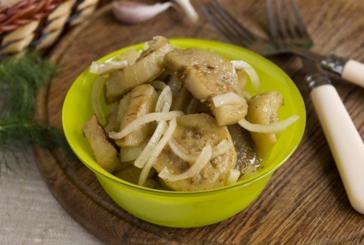 Грибную приправу по желанию можно заменить сушеными грибочками, которые добавляются в блюдо во время готовки синеньких на сковороде.
