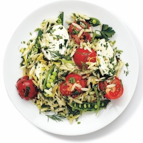 Салат из орзо (вид пасты) с горохом и моцареллой рецепт