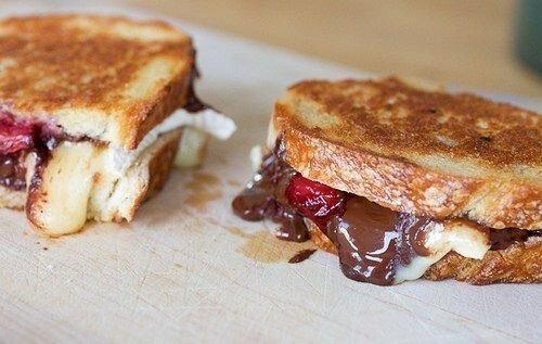 Сэндвичи с шоколадом, клубникой и сыром бри.