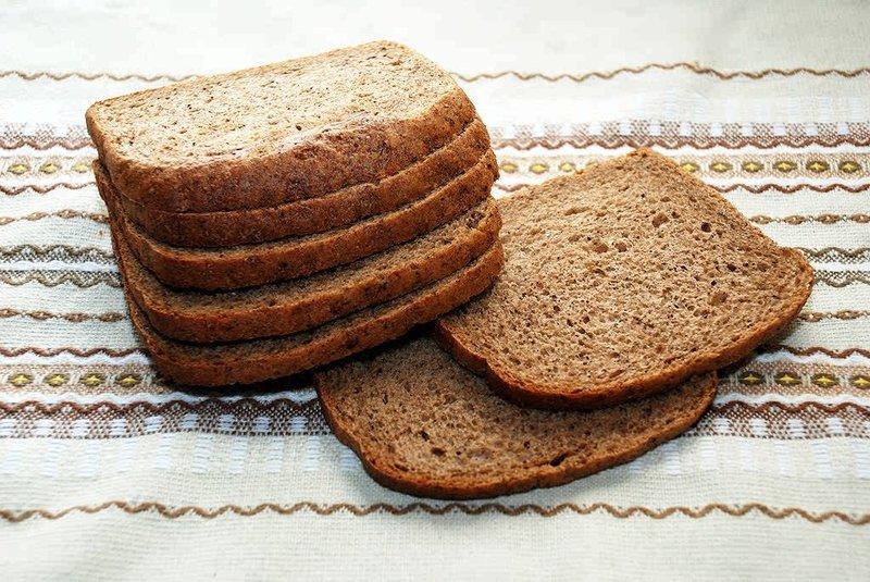 Сухарики с чесноком из высушенного ржаного хлеба