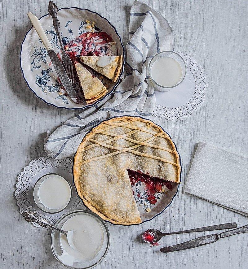 Закрытый пирог из песочного теста с начинкой из ягодного ассорти