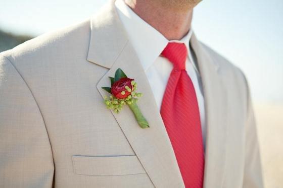 красный галстук и бутоньерка жениха
