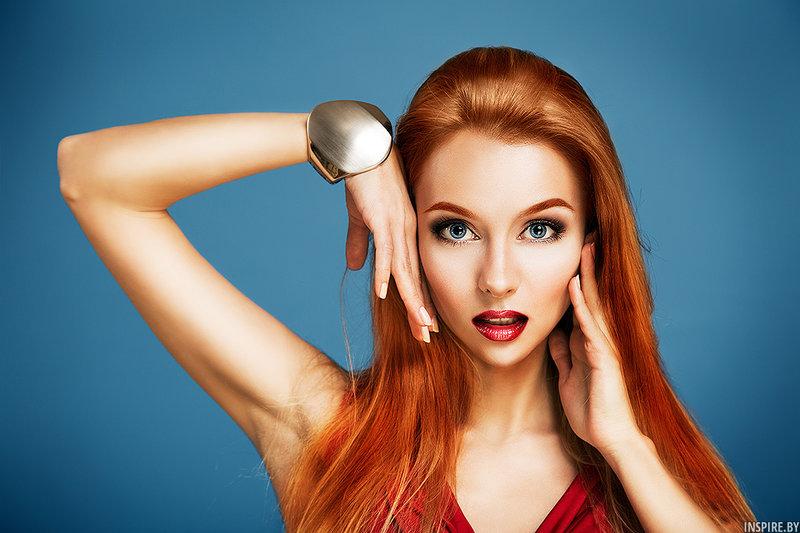 Портрет модной девушки в студии. Профессиональный макияж.