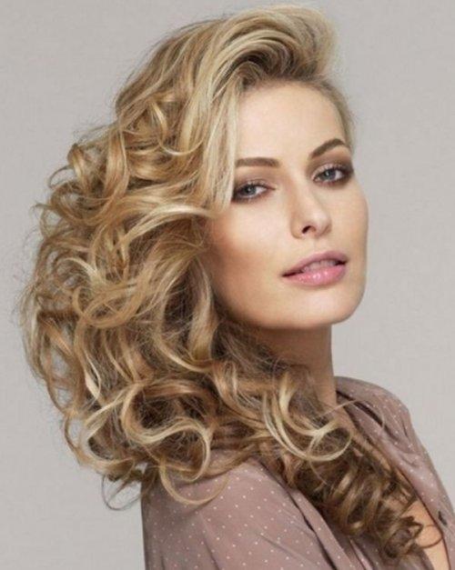 Пышные локоны в сочетании укладкой на бок создают эффект начёса, не травмируя волосы