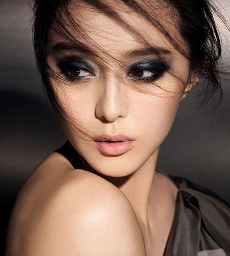 Сперва следует подготовить лицо – очистить кожу и устранить все цветовые нюансы, затонировать, припудрить всё, включая веки.
