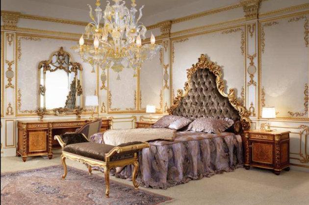 Спальня с богатым золотым декором на стенах и в мебели