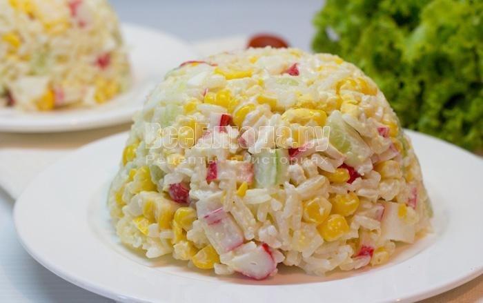 салат с крабовыми палочками и рисом кукурузой классический рецепт с огурцом