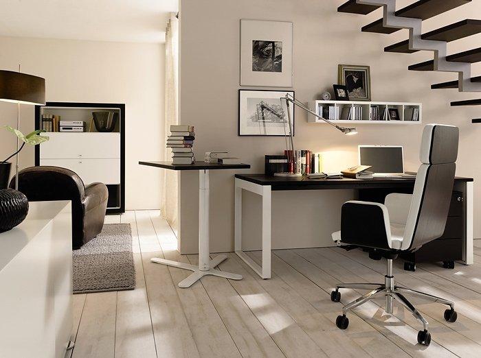 маленький домашний кабинет под лестницей