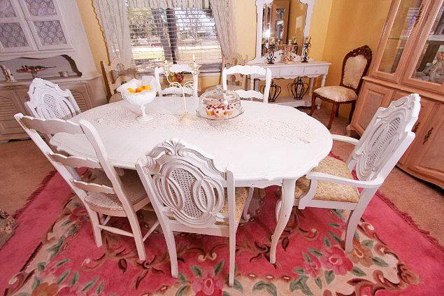 Интерьеры в стиле шебби-шик отличает мягкость и легкость. Главная особенность - белые и пастельные тона, роскошная, но состаренная мебель, обилие аксессуаров