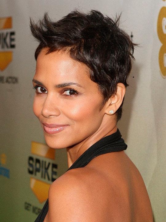 Стильные женские стрижки на короткие вьющиеся волосы.