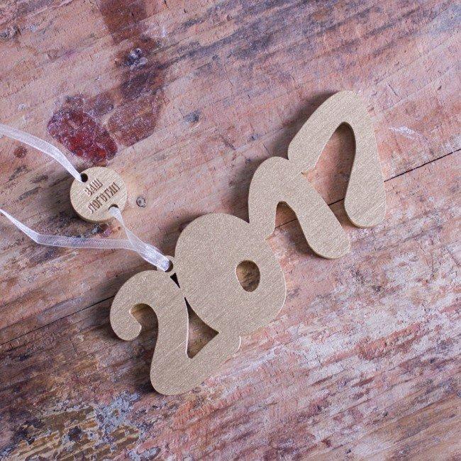 Оригинальная елочная игрушка 2017 в виде объемных деревянных цифр станет отличным способом символично украсить новогоднюю елку. Данное изделие можно дополнить вашим логотипом