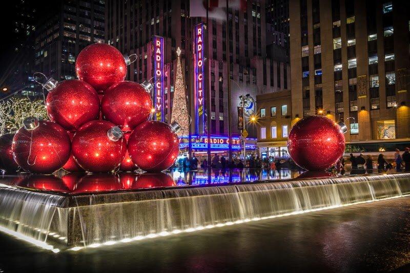 Разве можно представить себе более банальный вариант новогодней ночи в Нью-Йорке, чем восторженное наблюдение за спуском сверкающего хрустального шара на Таймс Сквер? Все тот же шар, все тот же Таймс Сквер, все тот же Нью-Йорк, что и в 1907 году.  А ведь Нью-Йорк – потрясающий, удивительный, пьянящий город, который способен поражать самое требовательное воображение бесконечно.