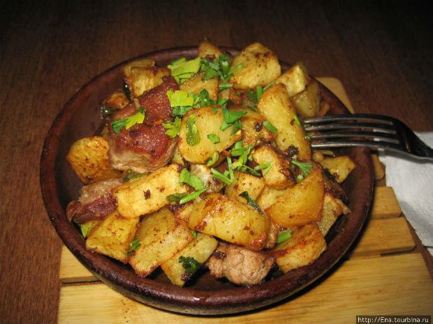 Картофель жареный с курицей на сковороде