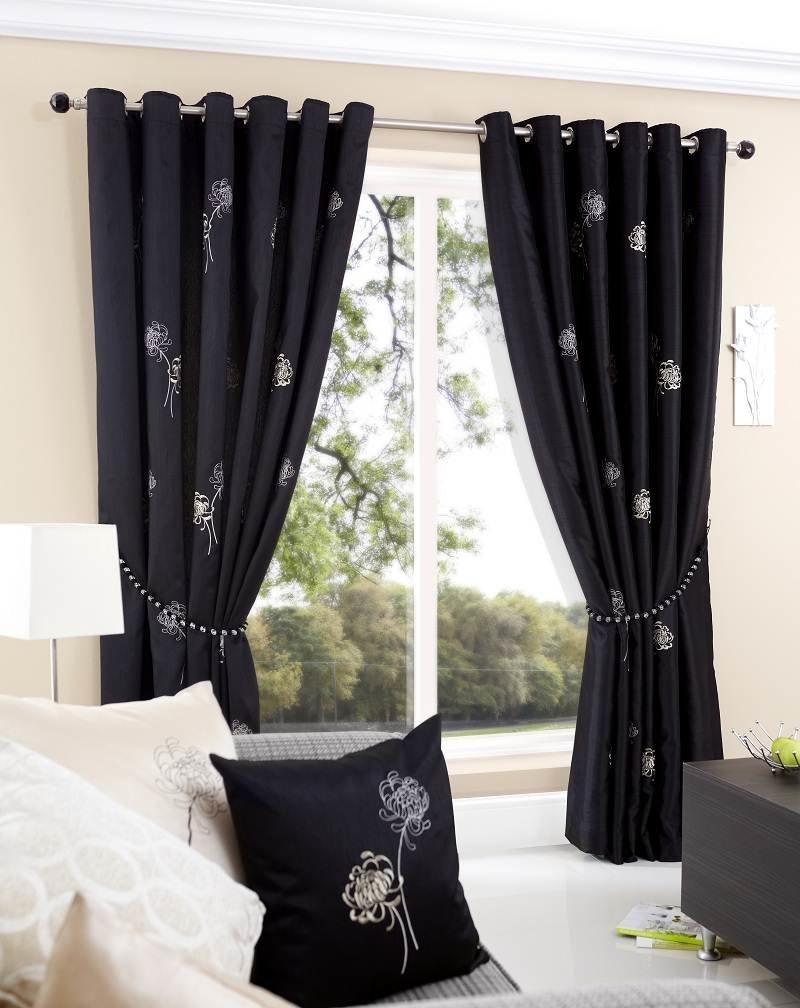 Черные шторы с редким принтом белого цвета