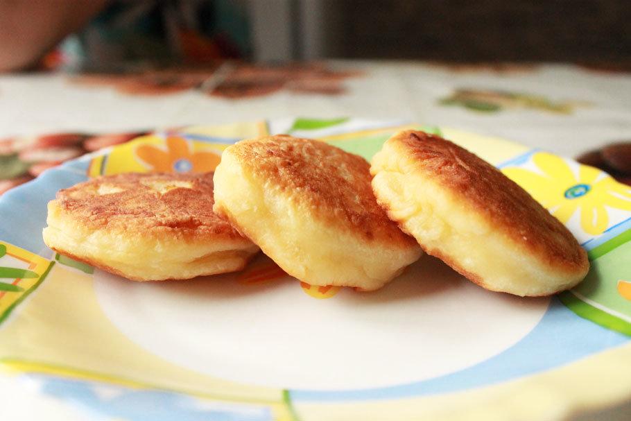 Пышные сырники, как в садике, рецепт с мукой – на сковороде.
