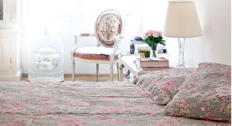 стул в спальне