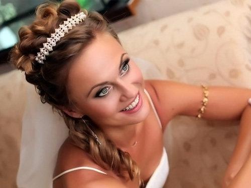Фото галерея модных свадебных причесок на волосы средней длины с разными стилями оформления: греческие, с диадемой, цветами, косами, лентой, челкой и фатой. Смотрите только свежие идеи красивой прически для невесты.