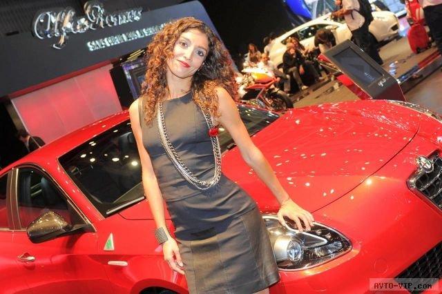 Девушки Парижского автосалона на стенде Alfa Romeo