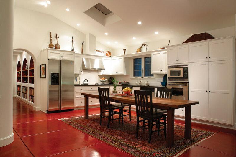 Порой кажется, что кухонный остров навсегда вытеснил обеденный стол из интерьера кухни? Но многие дизайнеры призывают не спешить с выводами на этот счёт.