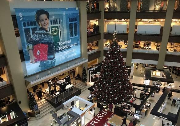 Новогодние праздники в Хельсинки порадуют туристов своими ярмарками, нарядными елками, музыкальными, световыми и театрализованными представлениями,