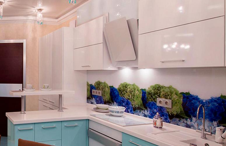 Угловая малогабаритная кухня 5,5 кв. метров в голубых и белых тонах