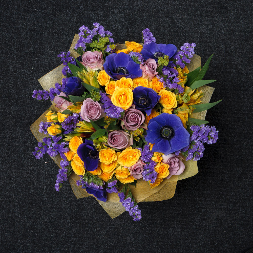 Букет из фиолетовых и желтых цветов, сумке