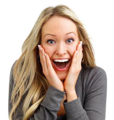 Блондинка в восторге от радостной новости. Похоже, она еще не верит внезапному счастью!