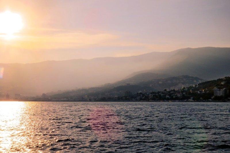 Как интересно провести время в Ялте? Одним из отличных вариантов отдыха являются морские прогулки, позволяющие не просто прокатиться на теплоходе, но и вдоволь насладиться живописным побережьем Крыма.
