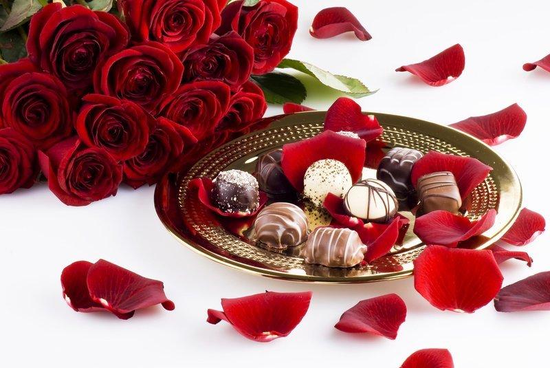 Красивые открытки розы с конфетами, днем рождения открытки