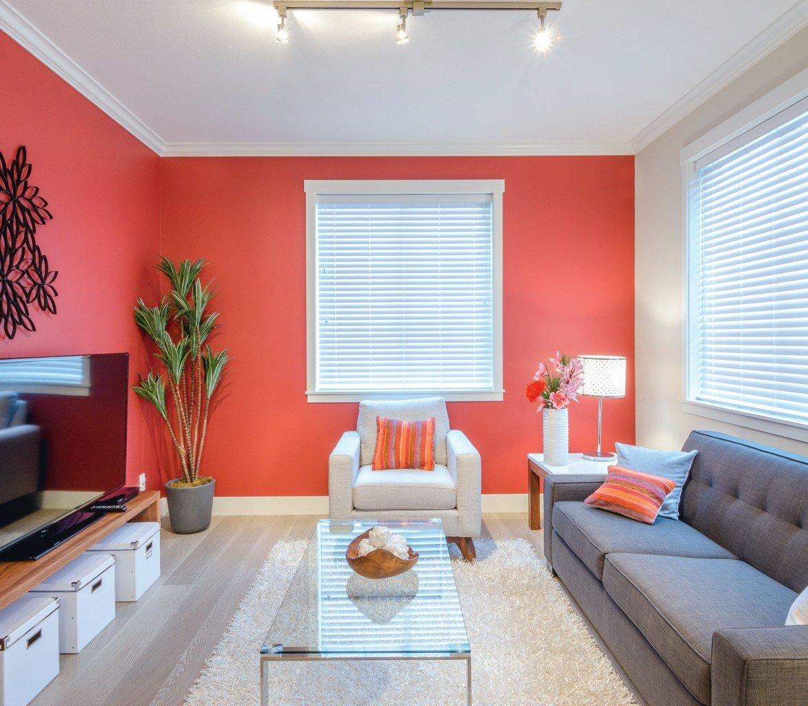 часто фото покрашенных стен эмульсией в гостиной комнате моделью считается