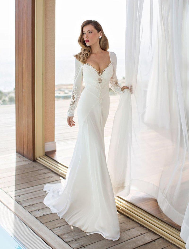 Универсальный вариант, который придаст образу невесты женственности, чувственности и таинственности – это свадебное платье с длинными рукавами.