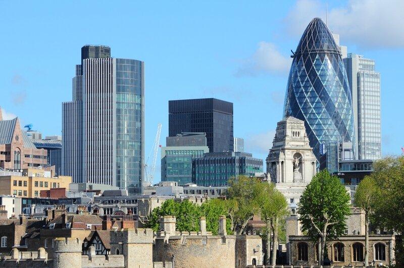 Башня Мэри‑Экс, Лондон  «Сексапильный огурец» и «Эротическая сигара» — самые невинные названия, которые лондонцы давали этому 40-этажному небоскребу из‑за его забавной фаллической формы. В итоге за штаб‑квартирой швейцарской компании Swiss Re и одним из главных творений Нормана Фостера закрепилось трогательное прозвище «корнишон» (по‑английски — The Gherkin).