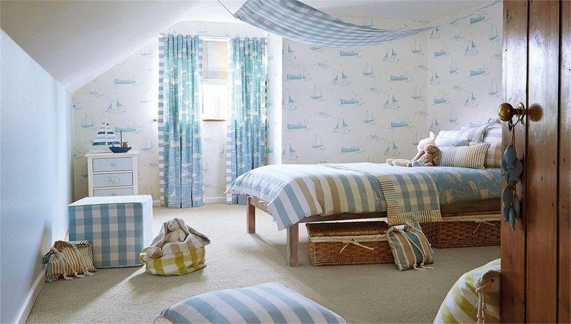 Детская комната в стиле кантри с плетеными ящиками под кроватью.