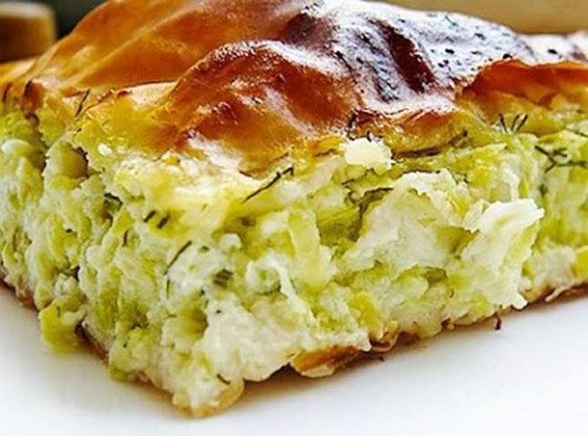 Кабачковый пирог - это очень лояльная выпечка, которая позволяет весьма гармонично сочетать свои предпочтениями в еде с требованиями всевозможных диет.
