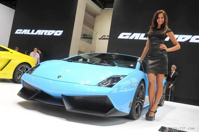 Стенд Lamborghini и девушки Парижского автосалона
