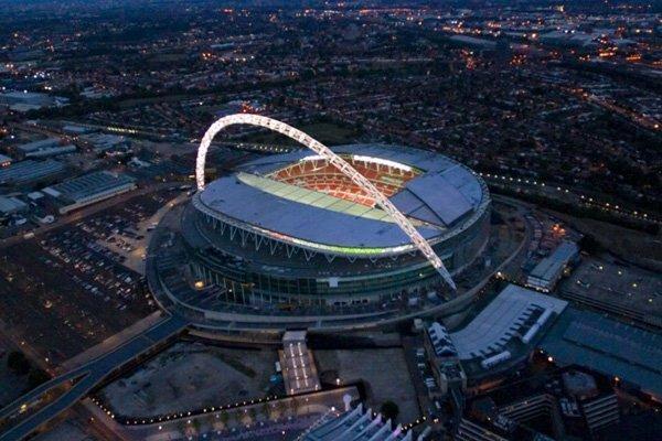 В 2007 году в Лондоне открылся стадион «Уэмбли». До 2003 на участке располагался старый стадион, который был снесён. Новый «Уэмбли», вмещающий 90 тыс. зрителей, спроектировала фирмами Foster+Partners и Populous. Примечательной чертой объекта стала арочная конструкция, служащая опорой для раздвижной крыши стадиона.