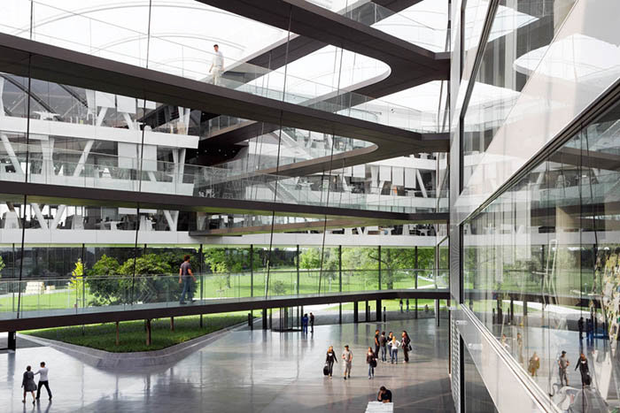 """В белом здании штаб-квартиры спортивного гиганта «Адидас» в Херцогенаурах, построенном в 2011 году, созданы благоприятные условия для плодотворной научно-исследовательской работы 1700 сотрудников всемирно известной компании. Находясь внутри этого современного здания, можно заметить, что все основные зоны соединены между собой с помощью специальных проходов, напоминающих шнуровку обуви, за что само здание получило прозвище """"Шнурки"""". В целом для внутреннего пространства здания характерны необычайная лёгкость и отличная освещенность, способствующие наиболее продуктивной работе."""