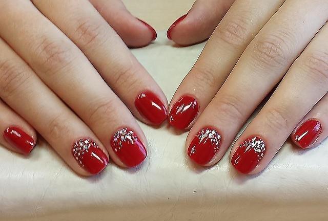 Дизайн ногтей красным гель-лаком