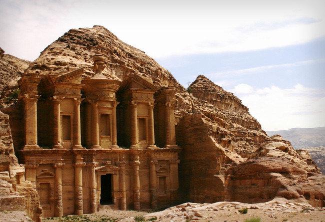 Знаменитый высеченный из камня город Петра, расположенный на территории современной Иордании. Город разместился в долине Арава, в каньоне Сик, со всех сторон окруженном отвесными скалами
